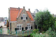 (Delftse) brugwachtershuis bij de ingang van de Delftshavense Schie. De Hogebrug tussen Overschie en Schiedam.
