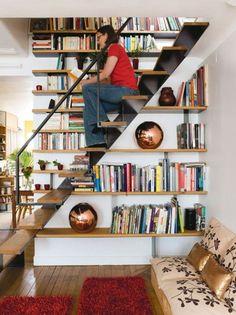 estante de livros embaixo da escada e ao longo da escada