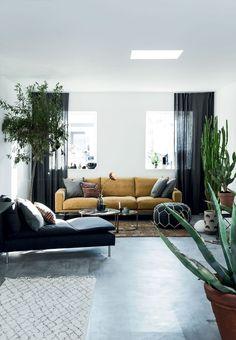 Stue med gulvlange gardiner