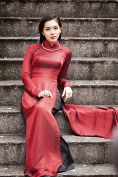 Áo Dài Việt Nam -- Many Vietnamese are of French ancestry. I think this beautiful lady is one.
