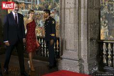 Dans sa robe rouge en dentelle moulante asymétrique dévoilant une épaule, Letizia était éblouissante d'élégance lors du dîner d'État ce lundi soir au Mexique, où elle se trouve avec son époux le roi Felipe VI d'Espagne dans le cadre d'un voyage officiel de trois jours.