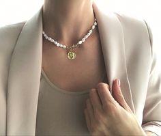 Naszyjnik z pereł w formie choker, zapinany z przodu, posiada zawieszkę w ksztalcie monety. Wykonany z pereł hodowanych oraz srebra pozłacanego. Dlugosc ok 40 cm. Jewellery, Jewels, Schmuck, Jewelry Shop, Jewlery, Jewelery