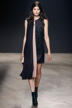 Mary Katrantzou - #nice #little #black #dress #asymetrie #drapé #rose #noir
