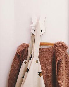 E D I T H ✨ #edithbluse #millefryd_knitwear #millefrydknitwear #strikkemamma #strikkedilla #strik #strikk #striktilbaby #babystrik #babystrikk #babyknits #knittersofinstagram #knitting #knit #knitforyourkid #knitaddict #knitspiration #barnestrikk #knitting_inspiration #i_loveknitting #mammastrikk