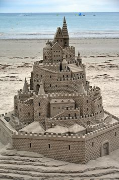 THis is the most intricate sand castle I have ever seen It's amazing. It takes common ideas of vacation and the beach to create a truly amazing and intricate piece. The artist uses natural materials (sand) to build something very incredible. Snow Sculptures, Art Sculpture, Chef D Oeuvre, Oeuvre D'art, Ice Art, Snow Art, 3d Fantasy, I Love The Beach, Beach Art