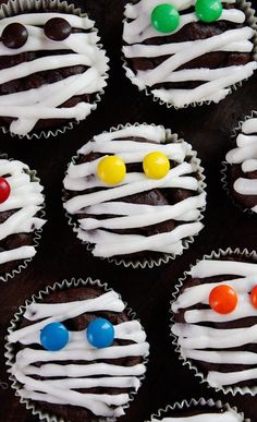 Serve These Spooktacular Halloween Cupcakes at This Year's Party 40 Halloween Cupcake Ideas - Recipes for Cute and Scary Halloween Desserts cupcakes decoration hochzeit ideas ideen recipes cupcakes cupcakes cupcakes Halloween Snacks, Pasteles Halloween, Soirée Halloween, Dessert Halloween, Halloween Goodies, Holidays Halloween, Halloween Projects, Halloween Season, Halloween Cupcakes Easy