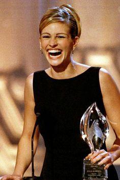 Julia Roberts reçoit son prix Actrice de cinéma préférée aux People's Choice Awards 2002 - EN IMAGES. Le style de Julia Roberts - L'EXPRESS