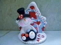 Un petit bonhomme de neige douce et 2 pingouins se tiennent devant un chalet enneigé ! Il s'agit d'un design original qui est été fabriqués à la main en argile polymère. Le chalet trouve environ 3 1/4 de haut et toutes les pièces ont été fixés avec polymère liquide pour une résistance accrue. Nest pas un jouet... ne convient pas aux jeunes enfants.