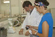 Domènec Palau y Laura Corso. La preparación de la pulpa de papel para reintegrar a máquina se hace en dos fases: la parte que aporta color con fibras teñidas, y la pulpa base con fibras más largas que se pasan por la disgregadora.