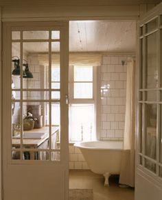 Gammaldags solig känsla över hela badrummet.
