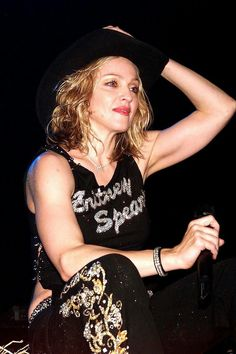 Madonna wearing a Britney Spears t-shirt Madonna Music, Lady Madonna, Best Female Artists, Female Singers, Veronica, Divas Pop, Madonna Fashion, Madonna Pictures, Britney Spears Pictures