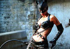 Halle Berry, quando se trata de filmes de heróis, consegue ser pior que Ben Affleck em Demolidor. Sua Mulher-Gato foi absolutamente intr