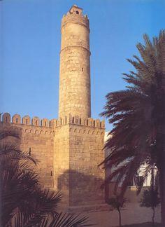 Ribat de Susa (Túnez), siglo VIII-IX . Es un monasterio-fortaleza que custodiaba la entrada del puerto de los ataque de los bizantinos. Es una fortaleza cuadrada, con muros coronados de merlones, dominada por un alta torre circular.