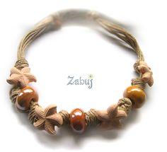 Collana girocollo ESTIVA. Stelle marine e perle in ceramica colore OCRA. ZABUJ