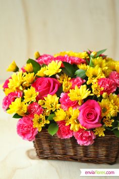 Flower arrangement in basket Beautiful Rose Flowers, Love Flowers, Fresh Flowers, Basket Flower Arrangements, Floral Arrangements, Photo Bouquet, Flower Basket, Rose Bouquet, Flower Crafts