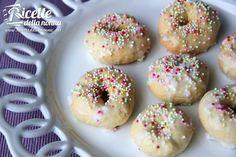 Gli Ncinetti o Uncinetti sono un tipico biscotto pasquale del sud dellItalia. Il loro nome forse dipende dalla loro forma sono biscottini molto semplici da realizzare e ricoperti con glassa bianca.