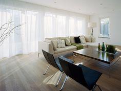 Hel vägg med skira gardiner från tak till golv. Insynsskydd