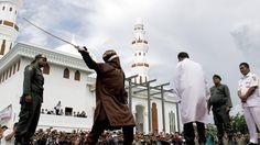 AZOTES. Un hombre es azotado públicamente por quebrantar la sharia (ley islámica) frente a la mezquita de Al Makmur Mosque en Lampriet, Banda Aceh, Indonesia, viernes 3 de octubre de 2014. EFE/Gibran