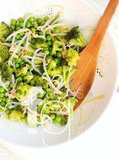 Ľahký šalát z brokolice, hrášku a mungo fazuľky