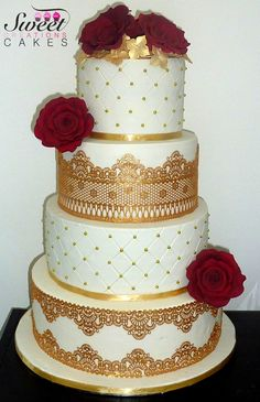 A gold wedding cake with red roses  Wedding cake doré avec roses rouges en sucre
