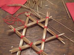 Swedish straw stars and 2 other great Swedish Christmas crafts Sweden Christmas, Noel Christmas, Scandinavian Christmas, Winter Christmas, Christmas Tree Ornaments, Christmas Projects, Scandinavian Style, Straw Crafts, Holiday Crafts