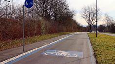Breite Velobahn in Deutschland mit Radfahrer-Symbol Bahn, Veils, Solothurn, Germany