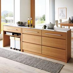 天然の木目が美しいタモ材をふんだんに使用した、ナチュラル&モダンなシリーズ。天板は衛生的なステンレス製で、調理台としての丈夫さを備えています。すっきりとした印象で、ワンランク上のLDKに。