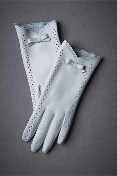 Complementos de invierno para mujer Oh I love these gloves. I don't know where I'd every wear gloves like this, but I still wish I owned them. Gants Vintage, Vintage Accessories, Fashion Accessories, Gloves Fashion, Winter Accessories, Elegant Gloves, Blue Gloves, White Gloves, Paris Flea Markets