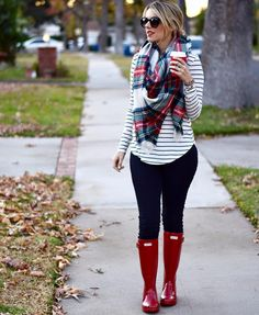 Hunter boots Plaid scarf Perfect Teacher look! Winter Fashion Outfits, Fall Winter Outfits, Autumn Winter Fashion, Casual Outfits, Cute Outfits, Plaid Scarf Outfit, Red Plaid Scarf, Outfits With Striped Shirts, Hunter Boots Outfit