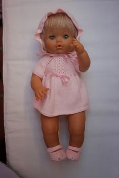 Todo un guardarropa para Nenuco. Baby Doll Clothes, Crochet Baby Clothes, Baby Dolls, Doll Making Tutorials, Baby Born, Knitting For Kids, Doll Accessories, Doll Patterns, Vintage Dolls