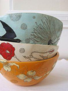 Un ensemble de vaisselle de céramique peinte à la main, même non assorti, rajoutera beaucoup de personnalisation et de chaleur à votre cuisine! :)