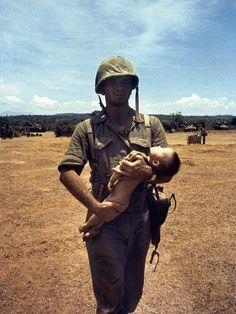Vietnam War Photos, War Photography, Poor Children, Military Men, Vietnam Veterans, Historical Pictures, Photojournalism, Troops, American History