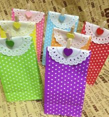 Stand up Colorful Polka Dots Paper Favor Bags with Paper Doilies and Gift Packing Bags, Treat Bags Fabric Gift Bags, Paper Gift Bags, Paper Doilies, Doilies Crafts, Paper Bag Flooring, Cheap Gift Bags, Polka Dot Party, Polka Dots, Sweet Bags