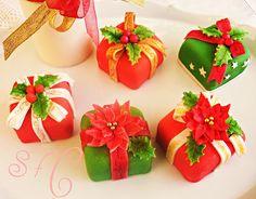 Mini cakes as presents Mini Christmas Cakes, Christmas Cake Designs, Christmas Cake Decorations, Christmas Sweets, Christmas Minis, Christmas Cooking, Holiday Cakes, Christmas Items, Christmas Goodies