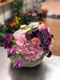 Lalele, crizanteme, trandafiri și hortenzii atent selecționate și așezate într-un dovleac.  #floaredecolt #cartonasulfloaredecolt Floral Arrangements, Floral Swags, Flower Arrangements, Table Arrangements, Flower Arrangement, Wreaths