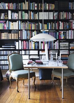 Modern Mix: Antique Chairs in Contemporary Company (Apartment Therapy Main) Home Library Design, House Design, Library Ideas, Library Table, Modern Library, Casa Mix, Home Office, Office Decor, Home Libraries