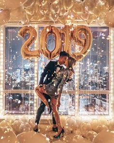 40 Couple goals Pics & bucket list for 2020 that'll make you believe in fairy tales – Hike n Dip 40 Couple goals Pics & bucket list for 2019 that'll make you believe in fairy tales – Hike n Dip New Years Eve Pictures, New Year Photoshoot, New Years Eve Decorations, Led Balloons, Party Decoration, Prom Decor, Nye Party, New Year 2018, Nouvel An