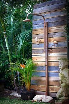 28 Best Outdoor Shower Ideas with Maximum Summer Vibes Hinterhof-Ideen, erstelle. : 28 Best Outdoor Shower Ideas with Maximum Summer Vibes Hinterhof-Ideen, erstelle. Landscaping iDeas Crafts For Kids ? Pool Shower, Garden Shower, Shower Games, Outdoor Baths, Outdoor Bathrooms, Backyard Ideas For Small Yards, Backyard For Kids, Desert Backyard, Nice Backyard
