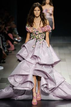 Marchesa Spring 2018 Ready-to-Wear Fashion Show Collection: See the complete Marchesa Spring 2018 Ready-to-Wear collection. Look 15 Marchesa Fashion, Runway Fashion, Fashion Show, Fashion Design, Georgina Chapman, Best Gowns, Marchesa Spring, Haute Couture Fashion, Beautiful Gowns