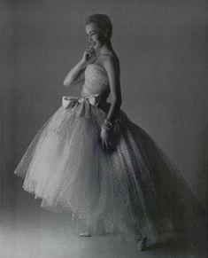 1956 Christian Dior C'est un léger tulle de nylon point d'esprit de dognin, qui a été utilisé pour cette ravissante robe blanche et vaporeuse.