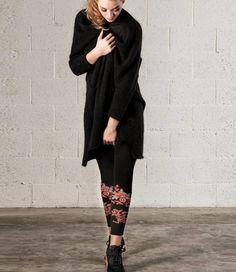 De Cotton Flower legging van het merk Marcmarcs is een zwarte, katoenen enkellegging met aan de onderkant van beide benen een prachtig bloemen-motief. Een absolute musthave legging voor komende periode, dus wees er snel bij! Wees, Normcore, Style, Fashion, Fashion Styles, Period, Swag, Moda, Fashion Illustrations