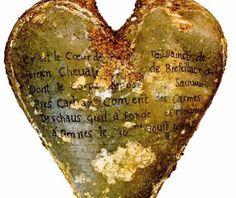 http://historiasbrasil.com.br/ Órgãos estavam guardados dentro de pequenas urnas de chumbo em forma de coração.