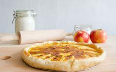 Esta é a tarte de maçã que conheço mais fácil, rápida e deliciosa! O creme de ovos casa na perfeição com a maçã douradinha, é uma m...