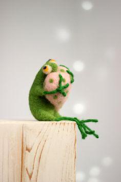 Needle Felt Frog - Valentine Doll - A Little Felt Green Frog With A Pink Heart - Needle Felt Art Doll - Frog Miniature - Home Decoration