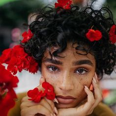 Freckles + red flowers + curly hair + of African decent Pretty People, Beautiful People, Curly Hair Styles, Natural Hair Styles, Red Aesthetic, Belle Aesthetic, Aesthetic Pictures, Foto Pose, Drawing People
