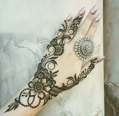 Simple Mehendi designs to kick start the ceremonial fun. If complex & elaborate henna patterns are a bit too much for you, then check out these simple Mehendi designs. Mehndi Designs Finger, Henna Hand Designs, Mehndi Designs 2018, Mehndi Designs For Fingers, Arabic Mehndi Designs, Bridal Mehndi Designs, Henna Tattoo Designs, Mehandi Designs, Bridal Henna