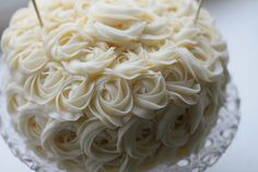 I want this to be incorporated with my wedding cake for sure. Wedding Cake Roses, Rose Wedding, Wedding Cakes, Frosting Flowers, White Icing, Brownie Cake, Brownies, Little Cakes, Rose Cake