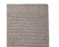 Der handgewobene Teppich Kolong aus Wolle und Baumwolle ist in den Größen 140x200, 170x240 und 200x300 cm erhältlich. Verfügbar in der Farbe Hellgrau/Creme.