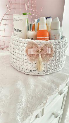 Penye sepet örgü sepet beyaz Crochet Hot Pads, Crochet Box, Crochet Basket Pattern, Crochet Needles, Crochet Gloves, Crochet Gifts, Crochet Dolls, Crochet Patterns, Crochet Organizer