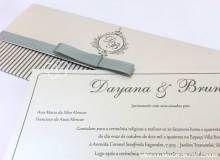 Convite casamento classico MODELO 86. Convite com impressão em relevo prata. Envelope com listras e monograma. Laço channel. Convite de casamento modelo carteira.